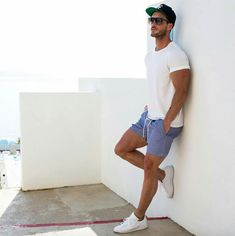 Todos sabemos que verão pede combinações super leves, visando o conforto nos dias mais quentes. Na foto: camiseta básica branca, shorts bolso fala azul e tênis casual.