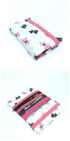MINI CARTEIRA - DOGS   Produzida em tecido  Com porta notas, documentos, cartões e moedas  Fecho em elástico  Formato aberto 17 x 13 cm  Formato fechado 13 x 8,5 cm  Peça única e exclusiva