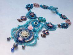 """Collier Haute-Couture """"Belle Epoque""""Ce collier d'inspiration baroque a participé au concours """"Embroidering """"Baroque Ornaments Jewelry le 23/10/13"""". C'est une création de haute qualité.  http://lesmerveillespat.canalblog.com/ http://www.alittlemarket.com/boutique/les_merveilles_de_perles-805099.html"""