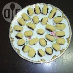 Uma mistura deliciosa de docinho de coco com ameixas. São mais caprichados do que os beijinhos de coco, mas muito fáceis de fazer.