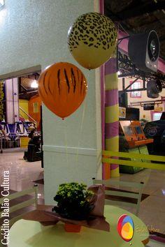 Decoração de mesa com balão mancha de animais de 11 polegadas inflado com gás hélio, fixados em arranjo de flores. Créditos: Decoração de balões: Balão Cultura  www.boxbalao.com Safari, Wind Spinners, Flower Arrangements, Ideas Para Fiestas, Animales, Stains, Culture