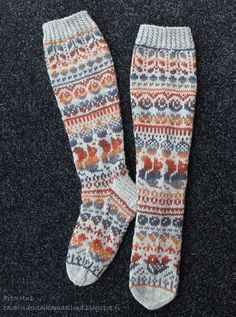 Stranded colorwork socks with squirrels. Fair Isle Knitting, Knitting Socks, Knitting Needles, Hand Knitting, Knitted Hats, Knitting Patterns, Mitten Gloves, Mittens, Winter Socks