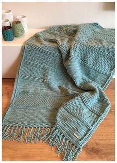 Ook ik heb mee gedaan aan de crochet along van wolplein om de Droomdeken te maken. Elke week kwam er weer een deel van het patroon online en in 12 weken was de deken klaar. Ik haakte er twee,… Crochet Afghans, Crochet Borders, Crochet Pillow, Crochet Blanket Patterns, Crotchet Blanket, Crochet Cardigan, Crochet Home, Diy Crochet, Plaid Blanket