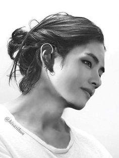 Essa foto do taehyung ta muito linda MDS, queria eu que ele ficasse com o cabelo assim.