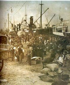 Octubre de 1907. los inmigrantes ya en tierra esperan que los carros lleven sus bártulos a algun conventillo. Luego comenzaría la búsqueda de trabajo.