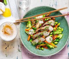 Asieninspirerad kycklingrätt som får smaklökarna att vattnas. Kycklingen får smak av en glaze kryddad med chili ancho mulato, ingefära och vitlök. Serveras med sesammajonnäs och härligt grönsaksfräs.