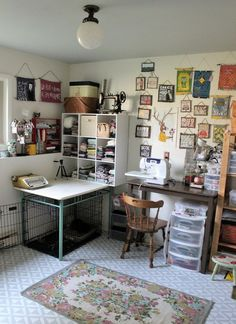 How to paint a concrete floor with stencils - Craft room floor makeover - Collected and vintage boho - Geometric floor pattern Dorm Room Storage, Table Storage, Pallet Desk, Vintage Room, Storage Design, Design Studio, Vintage Design, My New Room, Diy Desk