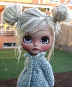 the most perfectly done blythe with nearly platinum blonde hair and big gorgeously done brown doe like eyes. her make up is done immaculately along with her outfit that was so thoughtfully put together in a baby blue color.