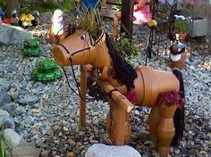 Un cheval en pots de fleurs.