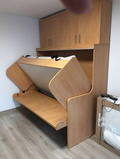 Hogyan lehet kis alapterületű otthonokban elhelyezni (egyszerre) az alváshoz és a munkához is megfelelő bútot? Erre lehet jó megoldás ez a kombinált bútor: Ágy és íróasztal együtt. Könnyen működtethető, nem szükséges az íróasztalról lepakolni(!) Egy mozdulattal válik a tér dolgozóból éjszakára hálószobává. Közvetlenül a gyártótól- közel 20 éves tapasztalat és referenciával.