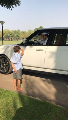 Hamdan bin Mansour bin Zayed Al Nahyan recibiendo a su padre, Mansour bin Zayed bin Sultan Al Nahyan, 18/09/2017. Vía: mmbinrashid