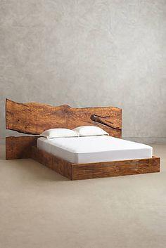 Holzbett in Queensize mit naturbelassenen Kanten