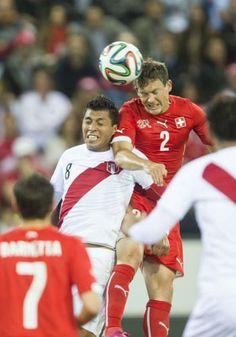 Mit diesem Kopfball zum 1:0 leitete Stephan Lichtsteiner (Nr. 2) den Schweizer Sieg ein.