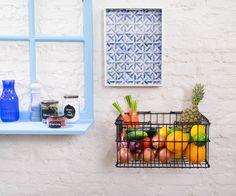 A combinação de azul e branco dá um ar mediterrâneo à cozinha. A janela com um peitoral que vira prateleira é uma ideia para enfeitar a casa. E a fruteira parafusada na parede? É o máximo! Veja detalhes e onde encontrar no blog da Rita Lobo.