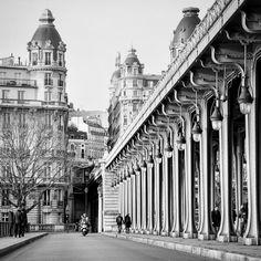 Une moto dans le champ... #moto #motorcycle #Paris #birhakeim #bridge #inception #alone #street #road #bnw #bnw_life #vroumvroum #parisian #parismylove #parisjetaime #igersparis #topparisphoto #symmetry #lines #architecture #like #like4like #coucou #pic #picoftheday #camera by urbsmanus