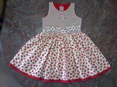 A renda e a flor: beleza pura! Adaptação de molde de vestido infantil que pode ser encontrado, entre outros lugares, em http://moldesdicasmoda.com/vestido-de-crianca-16/