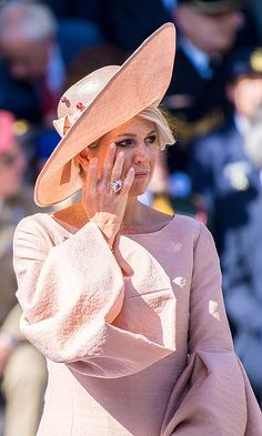 Why was Queen Maxima crying at her first royal engagement after summer vacation? Royal Tiaras, Royal Jewels, Royal Queen, King Queen, Princesa Mary, Estilo Real, Royal Clothing, Royal Engagement, Fancy Hats