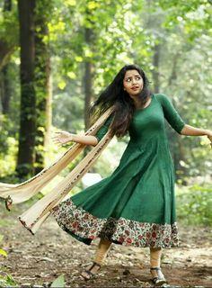 Anarkali Churidhar Designs, Kurta Designs, Blouse Designs, Dress Indian Style, Indian Dresses, Indian Outfits, Designer Anarkali Dresses, Designer Dresses, Frock Fashion