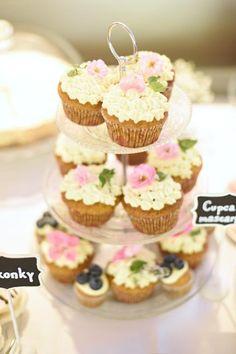 Svadobné koláčiky cupcakes wedding cakes candy bar koláče Wedding Cakes With Cupcakes, Mini Cupcakes, Candy, Bar, Desserts, Food, Tailgate Desserts, Deserts, Essen