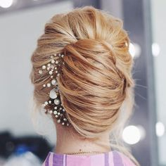 French twist is stunning way of defining classical look. Mostly French twist just recommended for cl Elegance Hair, French Twist Updo, French Twists, Twist Bun, Elegant Hairstyles, Twist Hairstyles, Casual Hairstyles, Bridal Hairstyles, Wedding Hairstyle
