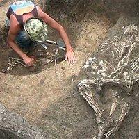 Esqueletos abraçados são descobertos na Rússia