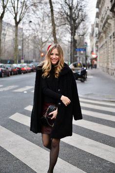 Paris, schwarzer Mantel, roter Lederrock, schwarze miu miu Handtasche
