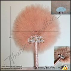 Abanico de plumas. Feather fan. www.abanicossevillanos.es Mistress, Dandelion, Flowers, Hand Fans, Feathers, Back Door Man, Floral, Taraxacum Officinale, Royal Icing Flowers