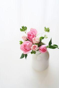 Lindas Rosas em Vaso de Louça Branca.