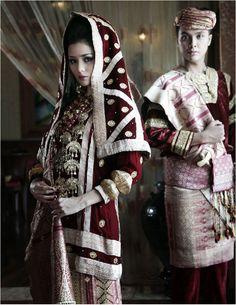 Sepasang pengantin Koto Gadang Sumatera Barat I Mahligai Magazine Traditional Fashion, Traditional Dresses, Traditional Weddings, Formal Wedding, Wedding Gowns, Indonesian Wedding, Minangkabau, Pre Wedding Poses, Wedding Costumes