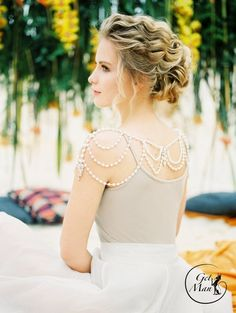 Finding the perfect shoulder necklace to your strapless dress on your wedding day is one of the most important. A shoulder necklace can add drama and sparkle to an otherwise understated dress, and … Wedding Dress Accessories, Wedding Jewelry Sets, Bridal Jewelry, Shoulder Jewelry, Shoulder Necklace, Wedding Gowns, Lace Wedding, Great Gatsby Fashion, Peacock Wedding