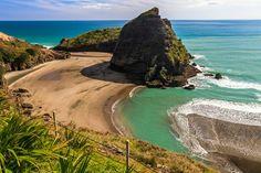 Surf Piha Beach, West Auckland, New Zealand