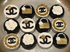 12 handcrafted Chocolate Covered Oreos come in this delightful pack. Made from c… - Cake Decorating Blue Ideen Coco Chanel Cake, Chanel Cupcakes, White Chocolate Covered Oreos, Chocolate Covered Strawberries, Cake Chocolate, Oreo Pops, Candy Apples, Oreo Cookies, Candy Buffet