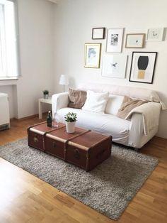 Schönes Wohnzimmer in Düsseldorf. Zentral am schönen Lessinplatz - Wohnung in Düsseldorf-Oberbilk #wohnzimmer #livingroom #whitecouch #düsseldorf