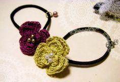 「ビオラの花ゴム」レース糸2本取りで、三枚花弁の花ゴムを編んでみました。 できるだけ詳しく解説してみます! [材料]レース糸(20番)/髪ゴム/丸カン/Tピン/ビーズ等(小)/ビーズ等(中)