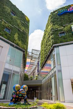 unexpected greenery on a strange level Shopping Street, Street Mall, Shopping Malls, Green Architecture, Landscape Architecture, Landscape Design, Mall Design, Retail Design, Vertical Green Wall