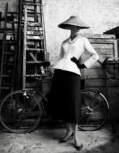 La silhouette mythique du tailleur féminin de Dior