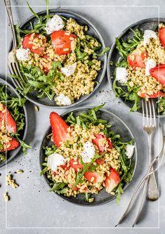 Hartweizensalat mit Erdbeeren Pesto Mozzarella, Valeur Nutritive, Easy Cooking, Bruschetta, Cobb Salad, Ethnic Recipes, Food, White Balsamic Vinegar, Kitchen Workshop