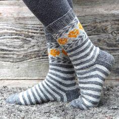 Randiga sockor med rosmönster i Miniraggi från Järbo