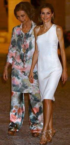 Los Reyes, con la reina Sofía, presidieron la cena en el Palacio de La Almudaina. Letizia repitió el vestido de Felipe Varela que ya había llevado en 2009. Royal Fashion, Curvy Fashion, Fashion Looks, Womens Fashion, Princess Letizia, Queen Letizia, Spain Fashion, Queen Outfit, Laetitia