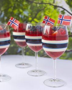 of May Gelé og pannacotta dessert med en liten kreativ vri til mai❤ I Love Food, Good Food, Yummy Food, 17. Mai, Panna Cotta, Norwegian Food, Scandinavian Food, Pot Pasta, Seasonal Food