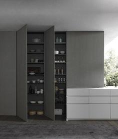 Designer Schrank für die Küche. Schlicht und dunkel. Idee für mehr Platz und Organisation