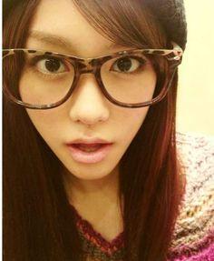 最近、メガネ女子が増えてきているのをご存知でしょうか?芸能人やモデルさんの間 でもおしゃれメガネが流行っているそうです♪もうひとりの自分に変身 大人の女性らしい「おしゃれメガネ」集まりました!