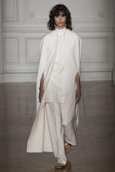 See all the Valentino Haute Couture Spring/Summer 2017 photos on Vogue. Valentino Couture, Valentino 2017, Foto Fashion, Fashion Week, Fashion 2017, Runway Fashion, Fashion Show, Fashion Looks, Style Haute Couture