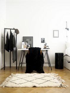 北欧はフィンランドのインテリアブロガーさんにご紹介いただいた、スーキーのベニオワレンラグ「アイシャ」。無造作に置かれているようで、とてもおしゃれな雰囲気に。 「アイシャ」については、こちらから。 http://www.sukhi.jp/rectangle-aicha-beni-ourain-rug.html #lagerma: Neljän huoneen Beni Ouarain & Sukhimatot.com #インテリア #エシカル #エシカルインテリア #北欧インテリア #フィンランド