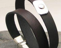 EXPRESS verzending mannen lederen armband. Mannen van zwart leer wrap armband met gesp geciseleerde metaalbewerking en zilver verguld magnetische sluiting.