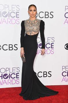 Jennifer Lopez cn vestido negro con pechera de pedrería de Reem Acra
