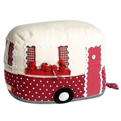 Sewing machine cover that looks like a camper! Could also be toaster cover. Patchwork Quilting, Fabric Crafts, Sewing Crafts, Sewing Projects, Stuffed Animals, Diy Sac Pochette, Tea Cozy, Creation Couture, Sewing Rooms
