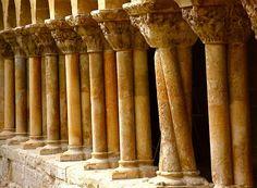 """Un arquitecto que se cansó de la uniformidad de las columnas rectas y decidió poner un toque de """"originalidad"""" (Claustro de Santo Domingo de Silos, Burgos)"""
