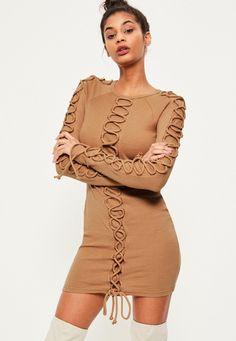 Missguided - Prążkowana dopasowana sukienka z przeplatanym sznurkiem w kolorze wielbłądzim