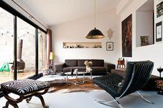 """Wohnzimmer in Braun und Weiß mit """"Barcelona Chair"""""""
